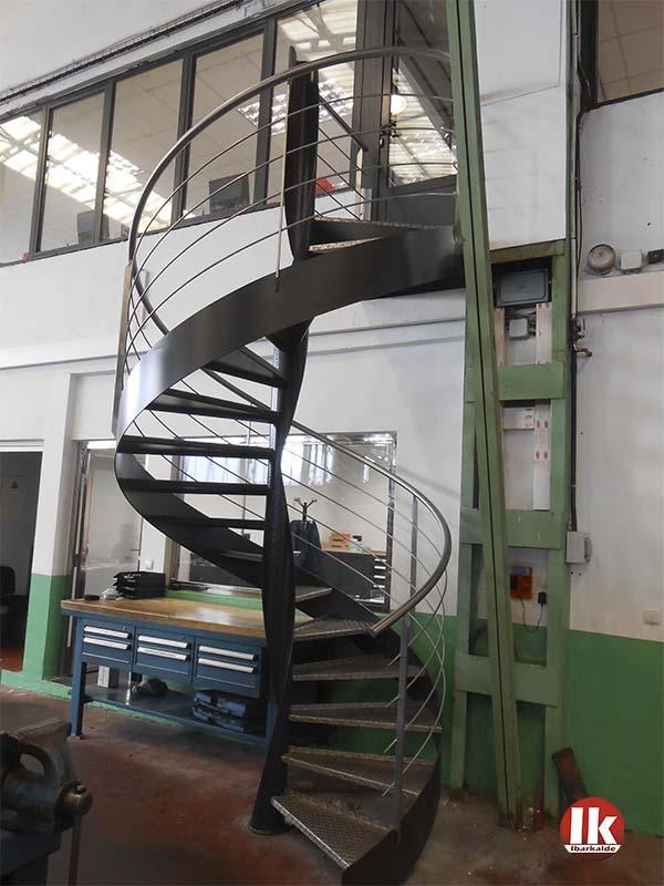 Escalera de caracol con barandillas de acero inoxidable en - Escalera de caracol exterior ...