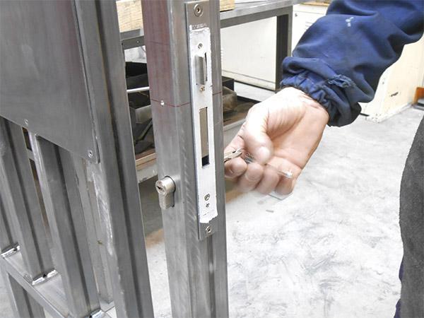 Puerta batiente de acero galvanizado para acceso a terreno for Cerraduras para exterior