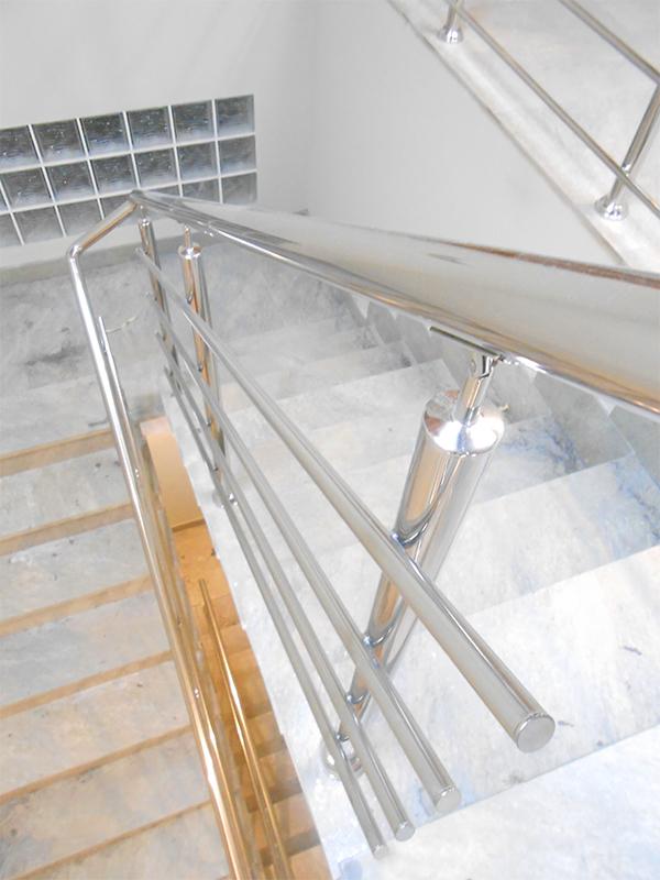 Barandillas de acero inoxidable para escaleras interiores for Diseno de interiores san sebastian