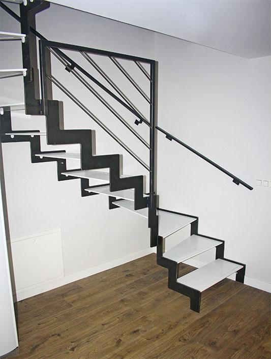 Tres escaleras met licas de dise o para varios d plex en for Escaleras metalicas para interiores de casas