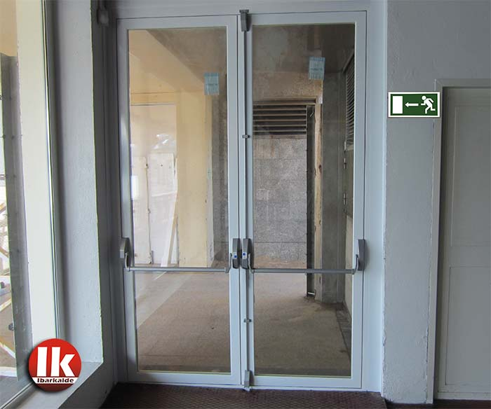 Puerta de salida de emergencia en donostia san sebasti n for Puertas de cristal baratas