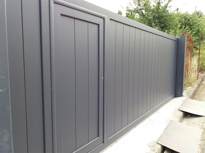 Puerta de aluminio corredera y automatizada for Coches con puertas correderas