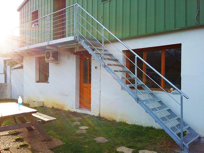 Escalera exterior en urrugne socoa con pasarela met lica for Escaleras para exteriores de madera