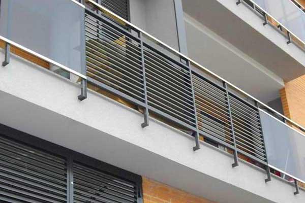 Pin barandas madera aluminio para balcones escaleras mor for Balcones madera exterior