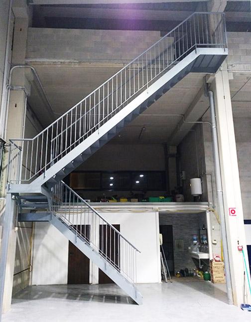 Escalera interior para pabell n industrial for Soluciones para escaleras
