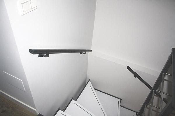 Tres escaleras metálicas de diseño para varios dúplex en Villabona ...