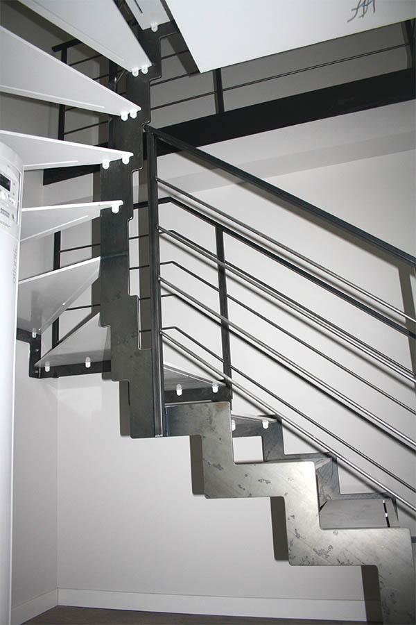 Tres escaleras met licas de dise o para varios d plex en - Escalera tres peldanos ...