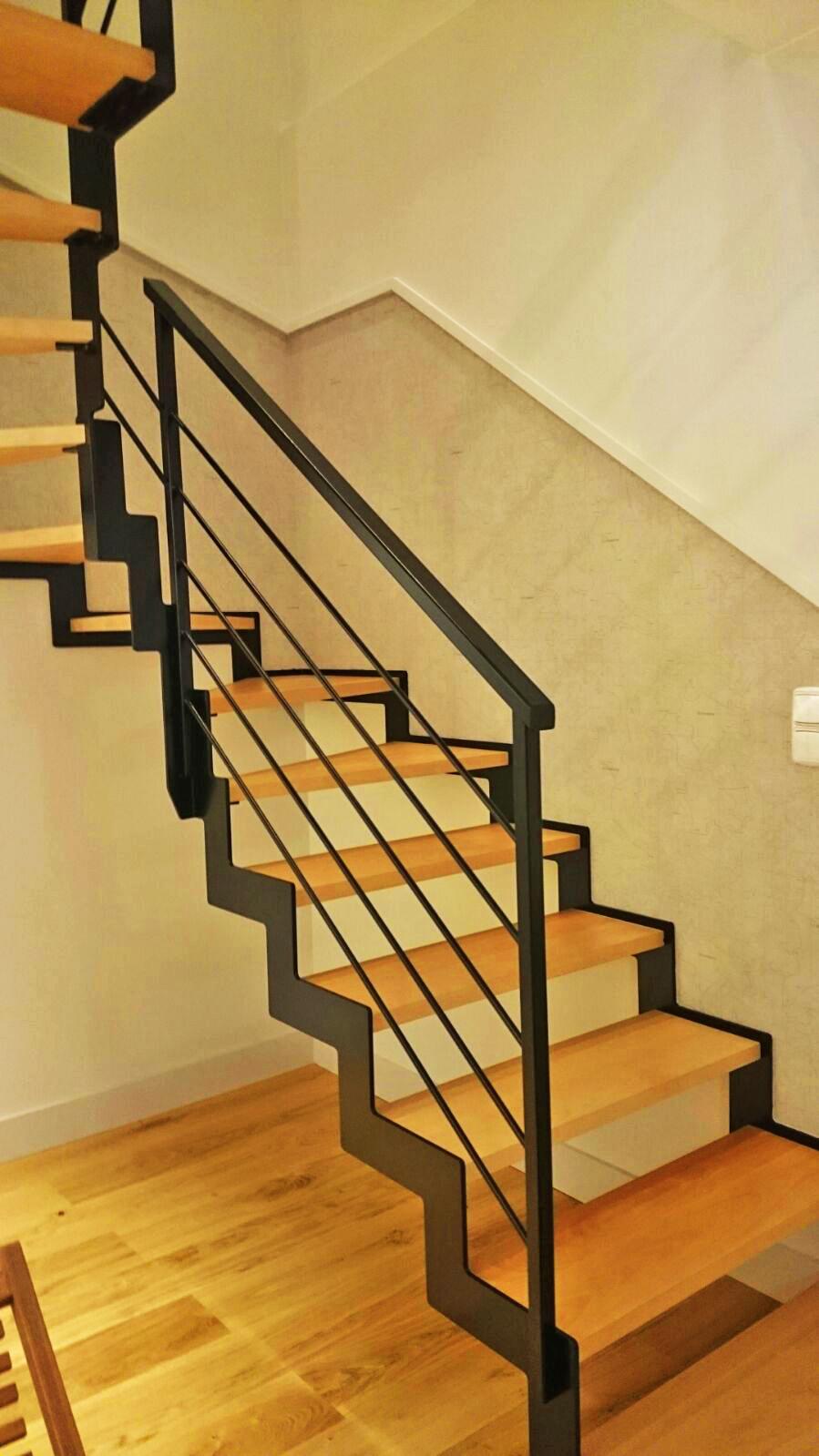 Escalera modelo zorroaga compensada con estructura de acero y pelda os de madera - Escaleras con peldanos de madera ...