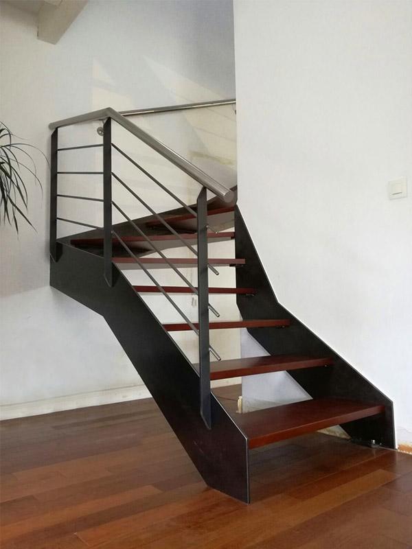 Proyecto de 25 escaleras en bayona acabado de forja con pelda os de madera tipo merbau - Escaleras con peldanos de madera ...