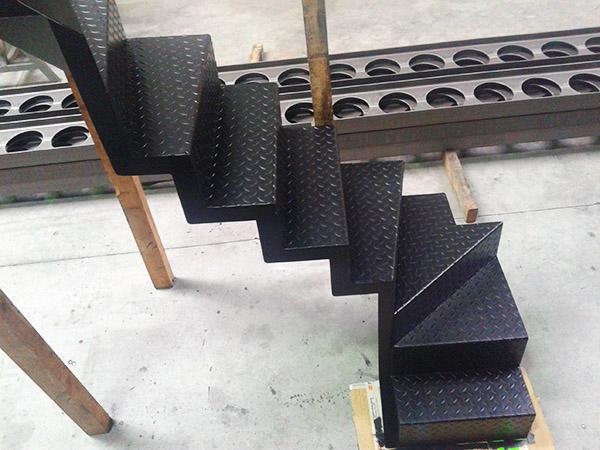escaleras para espacios reducidos con chapa lagrimada superficie