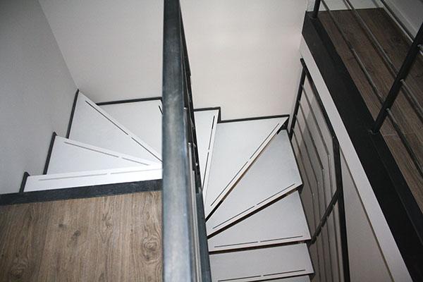 Tres escaleras met licas de dise o para varios d plex en for Escaleras de duplex