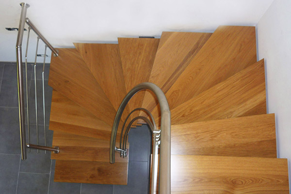 Escalera compensada de eje central en bizkaia vizcaya for Materiales para escaleras de interior
