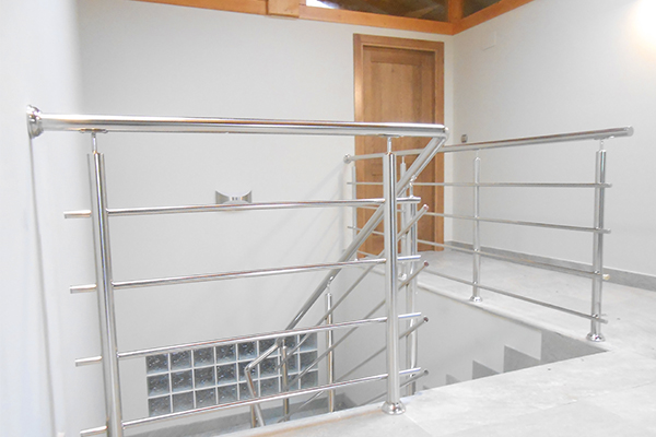 Barandillas de acero inoxidable para escaleras interiores for Escaleras de aluminio para interiores
