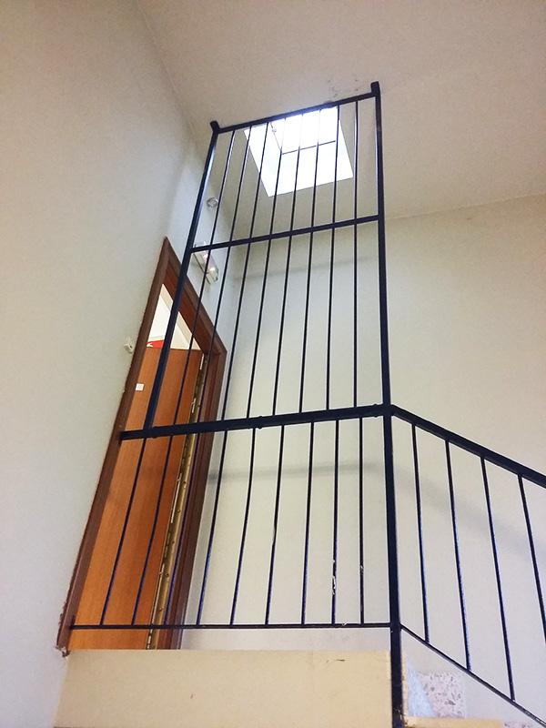 cierre metlico en hierro para la parte superior de barandilla como medida protectora y para evitar cadas por el hueco de la escalera with barandas para
