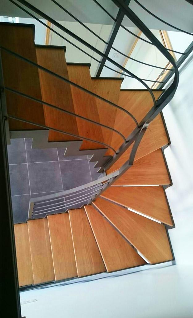 Escalera modelo urrugne compensada en acero granallado y con pelda os de madera - Escaleras con peldanos de madera ...