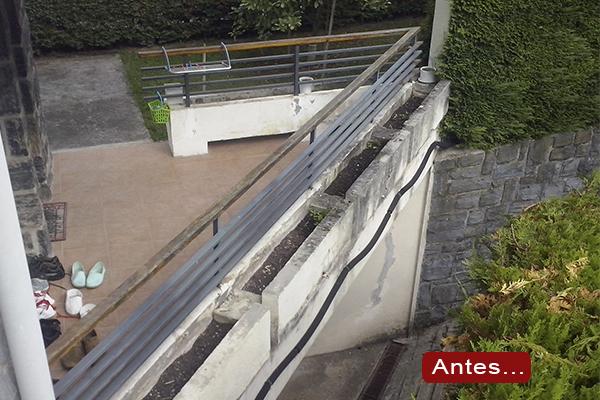 Jardineras met licas y barandilla en acero galvanizado en for Jardineras para balcones
