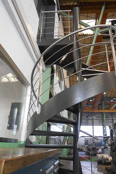 Escalera de caracol con barandillas de acero inoxidable en for Escalera caracol 2 pisos