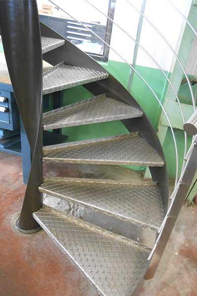 Escalera de caracol con barandillas de acero inoxidable en for Cuanto vale una escalera