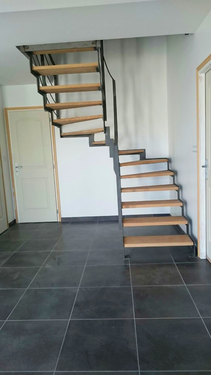 Escaleras con peldaos de madera great pegado de peldaos for Escalera en l