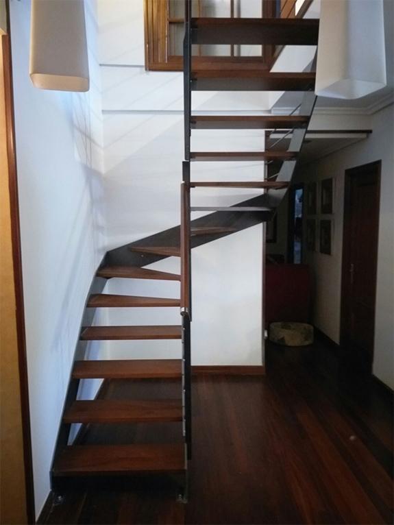 Escalera modelo gernika met lica y con pasamanos de madera - Escaleras con peldanos de madera ...