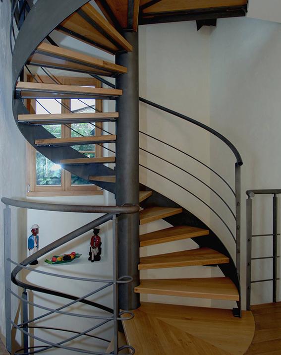 Escaleras en bilbao bizkaia de caracol de hierro de for Escaleras modernas para espacios pequenos