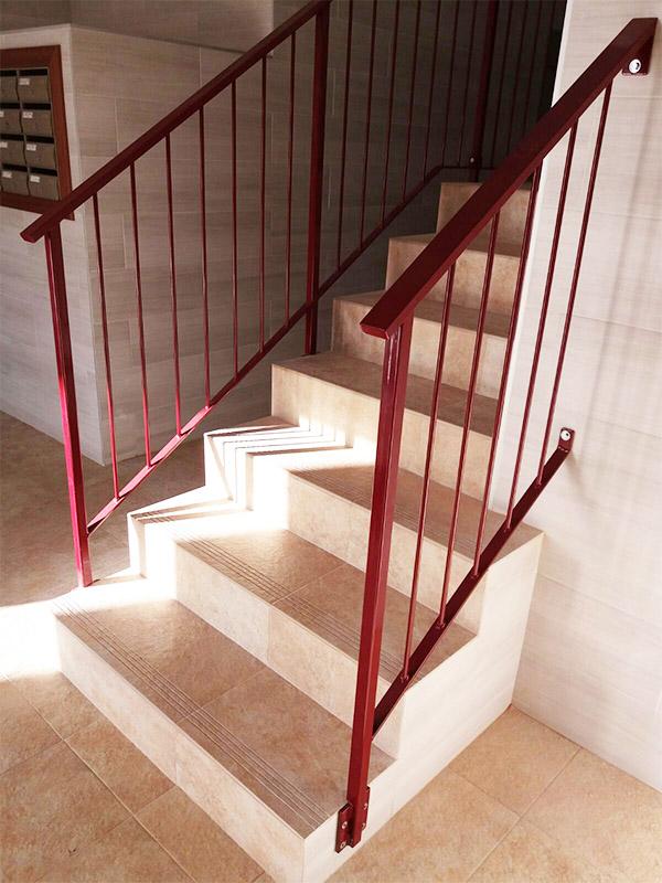 Barandilla de acero lacada en rojo para interior de portal for Portal del interior