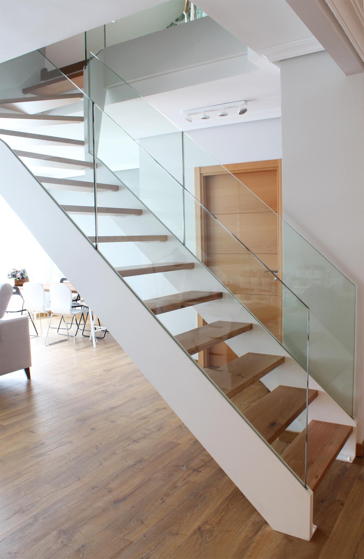 Escalera modelo l niz escalera de doble zanca con barandilla de vidrio templado - Escaleras de cristal y madera ...