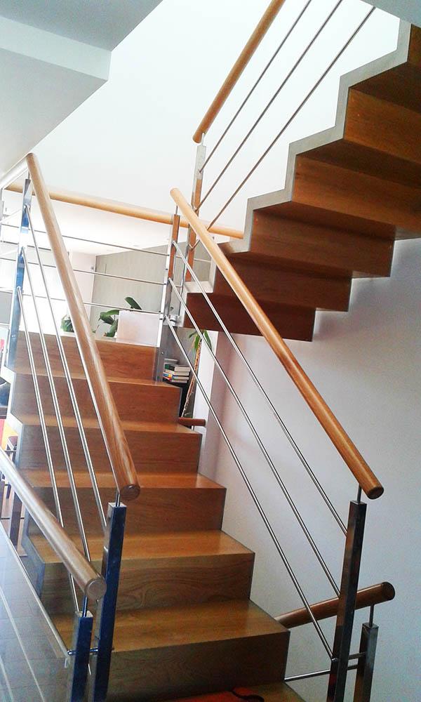 Escalera met lica con pelda os de madera de roble en for Escalera metalica en l