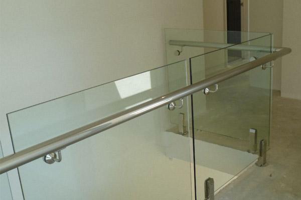 barandillas con pasamanos de acer oinoxidable y mampara de vidrio