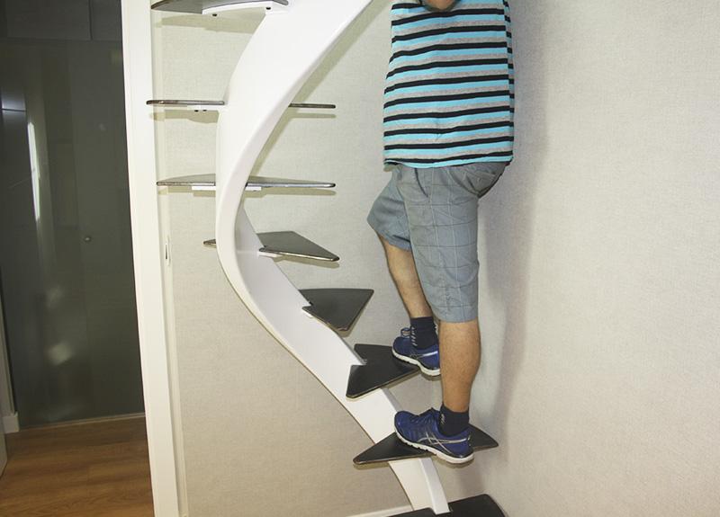 Escalera helicoidal para espacio reducido en zarautz for Escaleras interiores en espacios reducidos