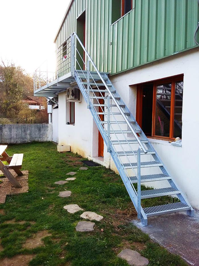 Escalera modelo socoa exterior y con pasarela met lica - Escaleras de hierro para exterior ...