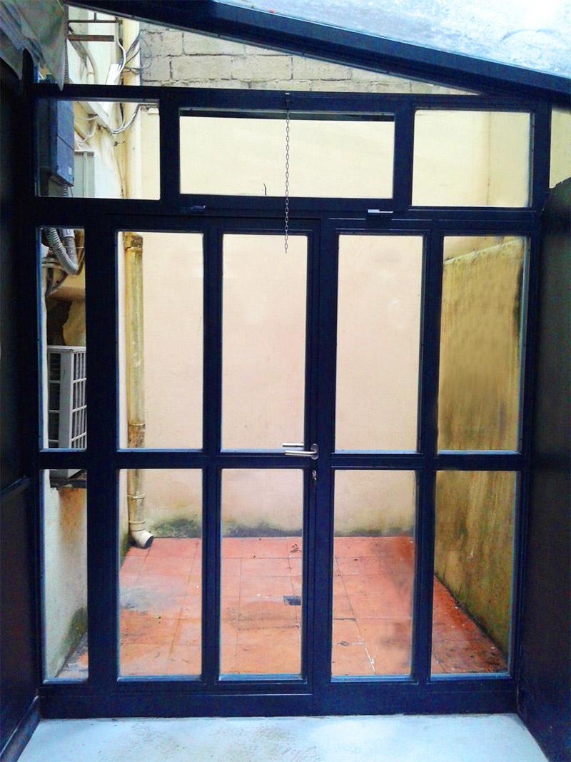 Cerramiento met lico de acero galvanizado para patio de for Puertas para patio interior