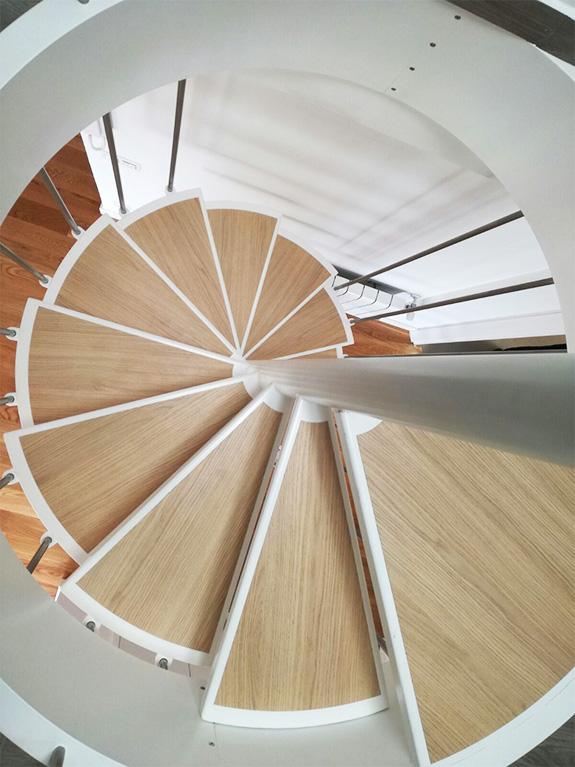 las escaleras son perfectas para espacios reducidos estructura metalica lacada al horno y peldaos