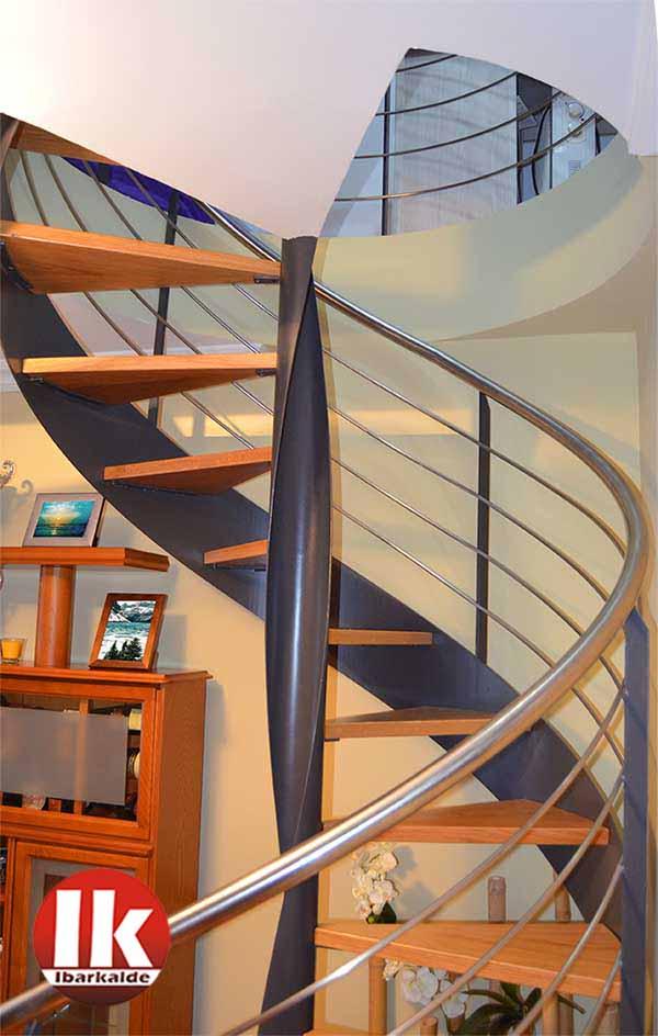 Escalera interior de caracol de madera y hierro for Como hacer una escalera caracol metalica
