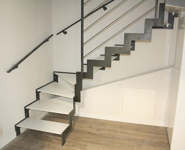 Tres escaleras met licas de dise o para varios d plex en for Diseno de interiores san sebastian